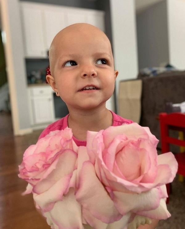 Kenni mắc bệnh ung thư buồng trứng khi mới 2 tuổi.