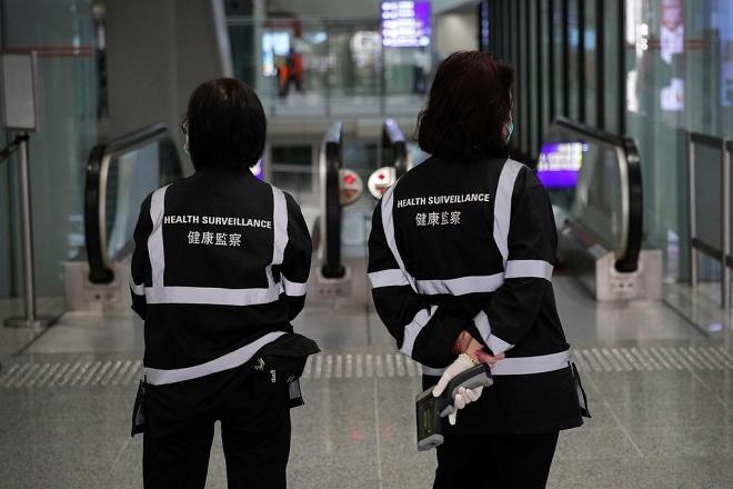 Giám sát y tế bằng máy đo nhiệt độ cơ thể ở sân bay. Ảnh:Associated Press