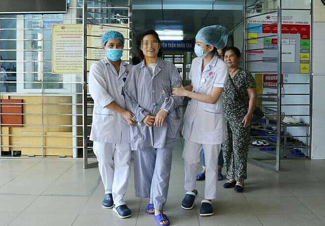 Bệnh nhân vỡ tim cười rạng rỡ và đi lại dễ dàngsau 2 ngày phẫu thuật. Ảnh: Bệnh viện cung cấp