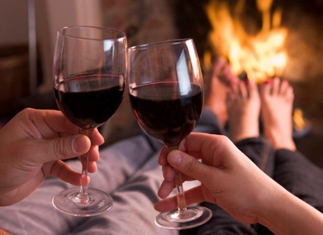 Rượu bia lalmf tình dục thêm hưng phấn, song uống nhiều gây phản tác dụng. Ảnh: Latina