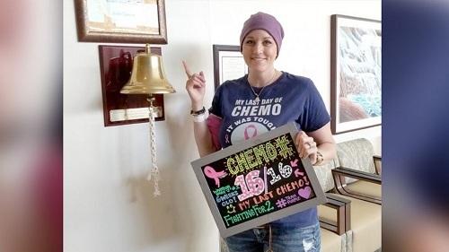 Jessica Purcell hoàn thành hóa trị và rung chuông thông báo chữa khỏi ung thư vú.