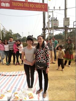 Hai mẹ con trong chuyến thiện nguyện tại Phù Yên, Sơn La năm 2018. Ảnh: Tác giả cung cấp.