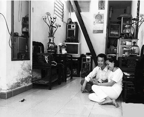 Hai vợ chồng và con trai sống hạnh phúctrong căn nhà nhỏ ở Hà Nội.