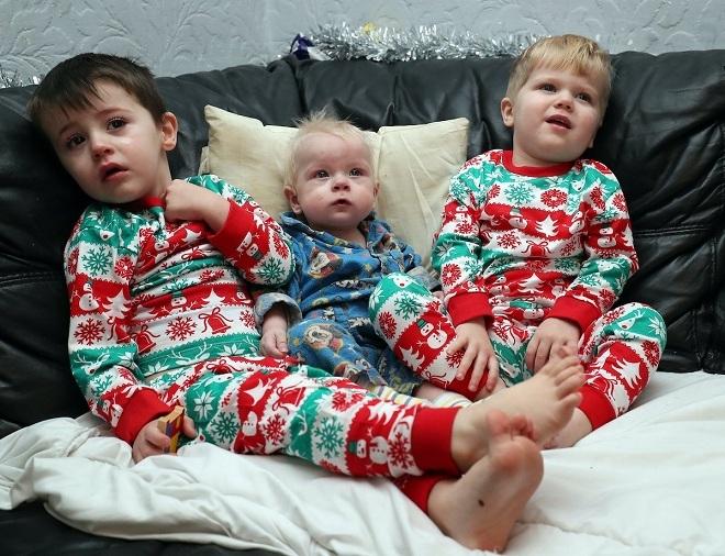 Bradley (giữa) cùng hai anh trai sau khi xuất viện. Ảnh:Triangle News