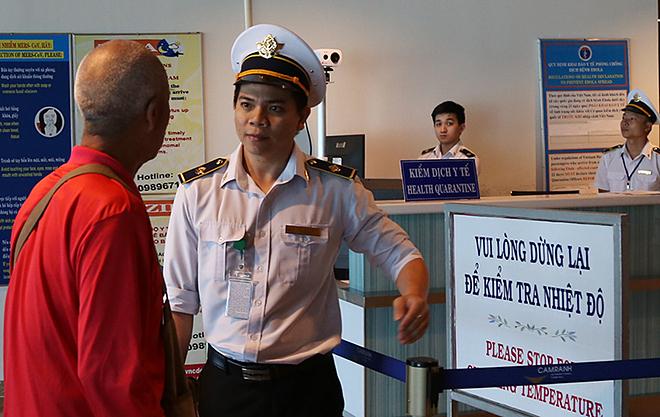 Nhân viên của Trung tâm Kiểm dịch y tế quốc tế theo dõi thân nhiệt khách Trung Quốc qua máy tính, chiều 13/1. Ảnh:Xuân Ngọc.