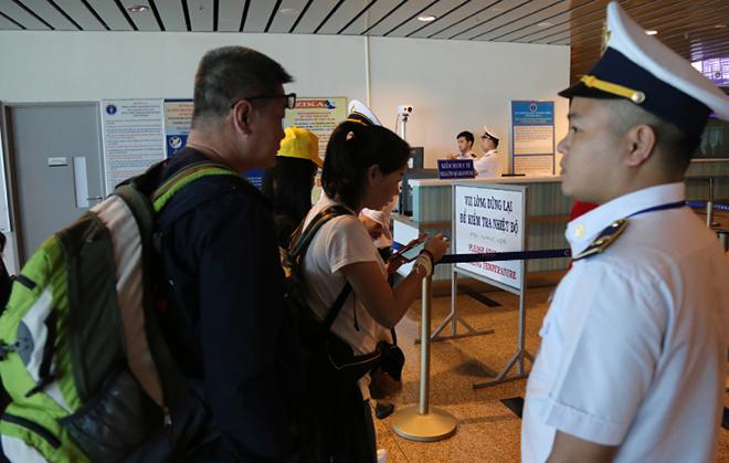 Hành khách nhập cảnh tại sân bay quốc tế Cam Ranh. Ảnh: Xuân Ngọc.