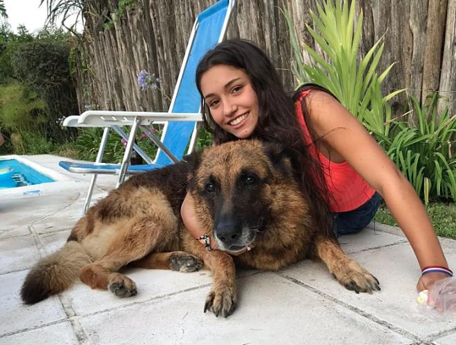 Bức ảnh Lara chụp cùng chú chó giống Becgie Đức trước khi bị cắn. Ảnh: LondresHoy