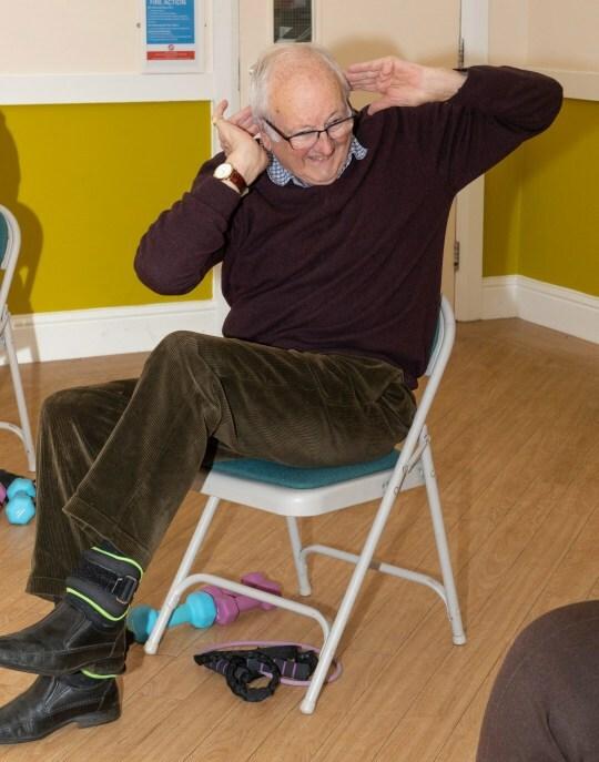 Ông Peter thích làm người đếm nhịp cho cả lớp mỗi khi tập. Ảnh: Chatter Chairs