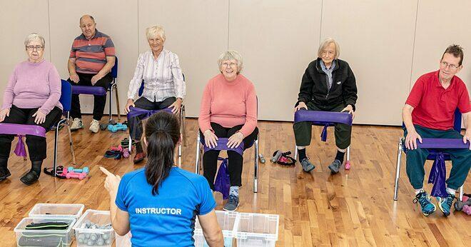 Người tập được ngồi trên ghế khi tập, phù hợp với thể trạng người già. Ảnh: Chatter Chairs
