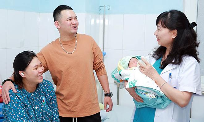 Bác sĩ Nhã đến thăm hỏi và lì xì cho gia đình anh Nam, chị Ngọc trước khi về nhà ăn Tết. Ảnh: Bệnh viện cung cấp