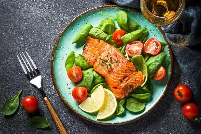 Ăn salad làm giảm cảm giác thèm ăn, giúp giảm cân và đẹp da. Ảnh: Runningonfats
