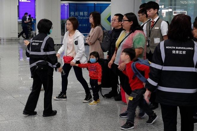 Khách nhập cảnh phải kiểm tra thân nhiệt tại sân bay Hong Kong. Ảnh: AP