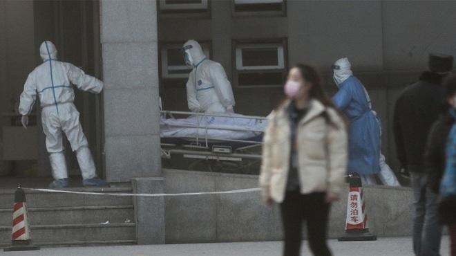 Người bệnh được chuyển vào khoa cách ly để điều trị. Ảnh: Reuters