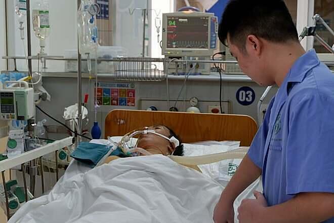 Bệnh nhân 41 tuổi vẫn đang được điều trị tích cực tại bệnh viện. Ảnh: Minh Nhật