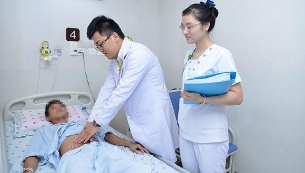 Anh Linh trong quá trình điều trị tại bệnh viên. Ảnh: Bệnh viện cung cấp