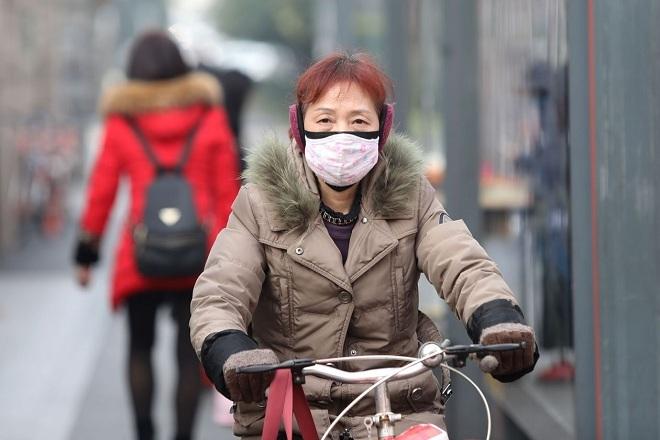 Người dân Trung Quốc đeo khẩu trang để phòng bệnh viêm phổi lạ. Ảnh: Shutterstock