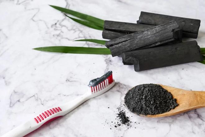 Kem đánh răng từ tinh than tre dần trở nên phổ biến trong những năm trở lại đây. Ảnh: Shutterstock