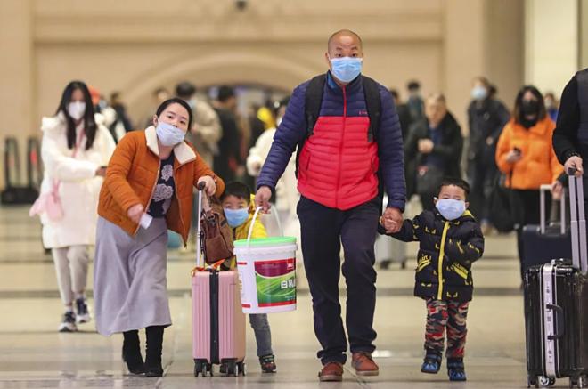 Hành khách tại nhà ga Hankou, Vũ Hán. Ảnh: AP.