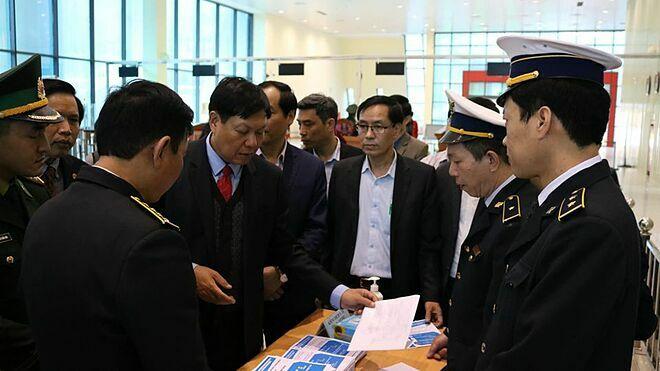 Thứ trưởng Đỗ Xuân Tuyênlàm việc với tỉnh Lạng Sơn về công tác phòng chống viêm đường hô hấp cấp do nCoV. Ảnh: M.T