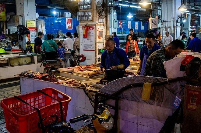 Chợ hải sản Huanan khi chưa bị đóng cửa. Ảnh: Health Policy Watch