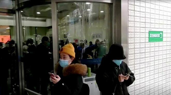 Người dân tập trung bên ngoài bệnh viện Vũ Hán ngày 22/1. Ảnh: Reuters.