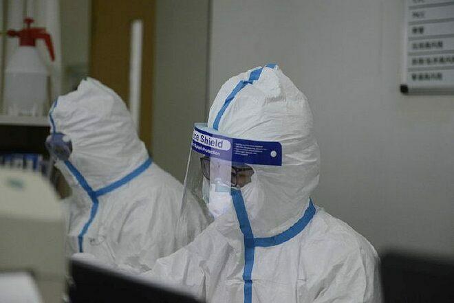 Nhân viên y tế mặc đồ vô trùng. Ảnh: Reuters