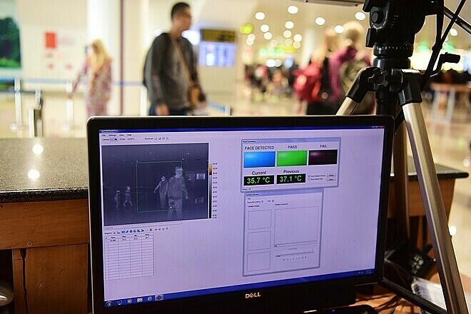 Kiểm tra thân nhiệt từ xa khách nhập cảnh sân bay Nội Bài. Ảnh: Giang Huy.
