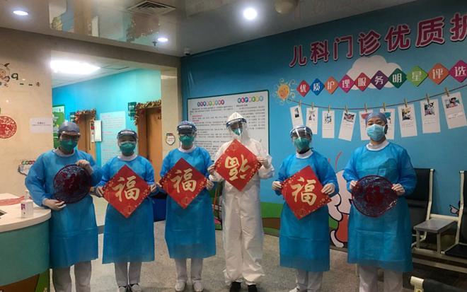 Các bác sĩ ăn Tết trong bệnh viện. Ảnh: Reuters