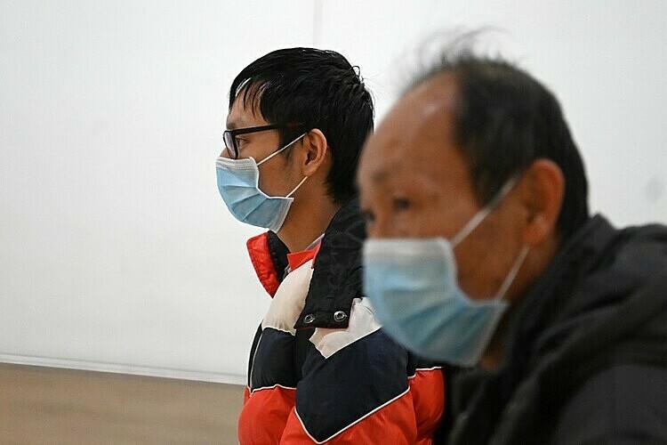 Hành khách đeo khẩu trang khixuống sân bay Heathrow, Anh, ngày 28/1. Ảnh: AFP.