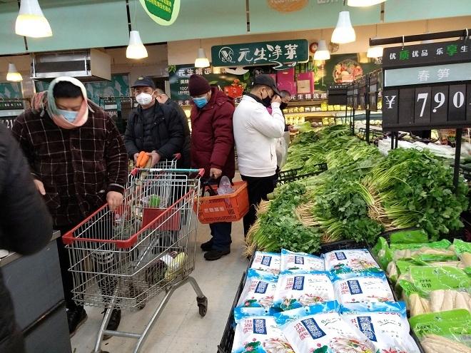 Người dân Vũ Hán tích trữ thực phẩm tại siêu thị. Ảnh: Reuters
