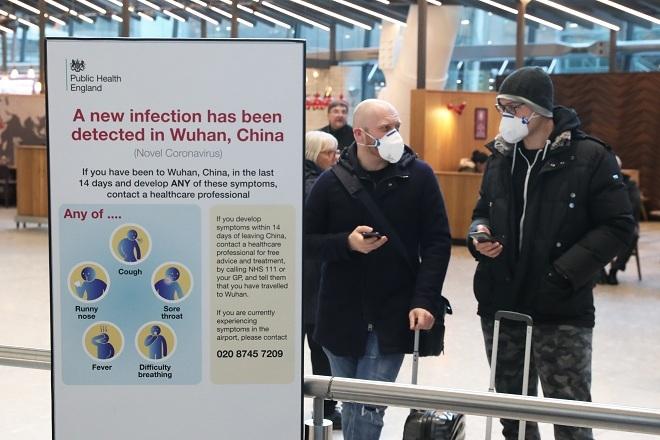 Hành khách Anh đeo khẩu trang tại sân bayHeathrow. Ảnh: Reuters
