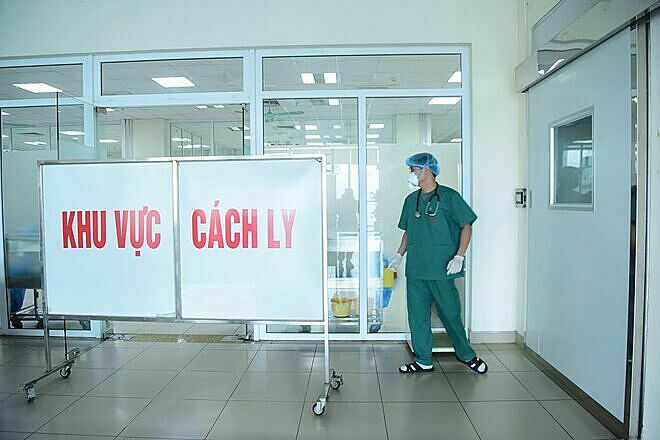 Bác sĩ làm việc tại khu vực cách ly bệnh viện Đông Anh, Hà Nội. Ảnh: Giang Huy