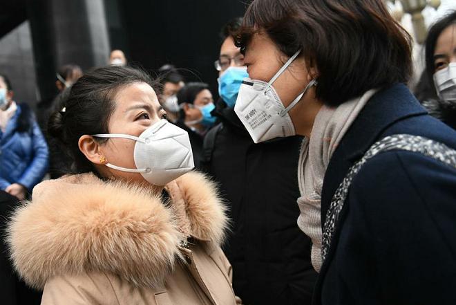 Người thân bật khóc tiễn nhân viên y tế tới Vũ Hán