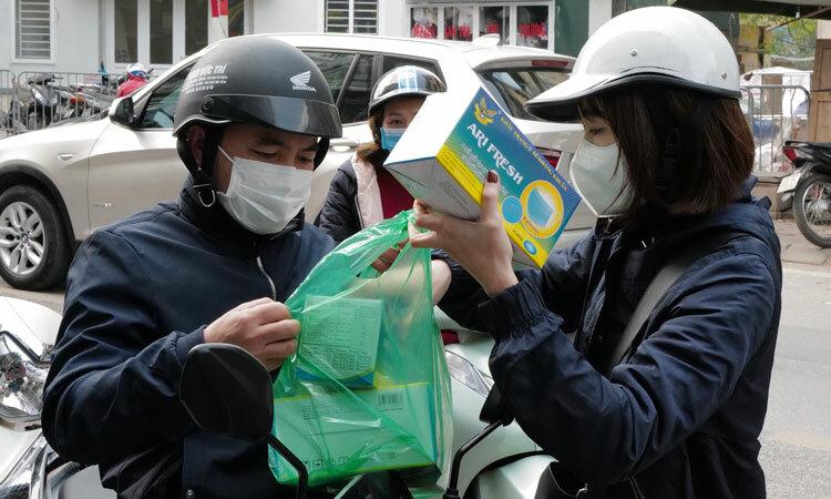 Người dân Hà Nội mua khẩu trang để phòng bệnh đường hô hấp. Ảnh: Ngọc Thành.