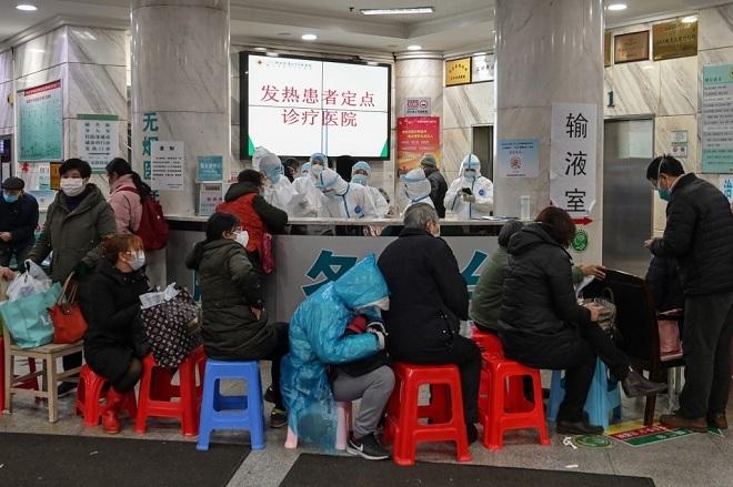 Hàng dài bệnh nhân xếp hành chờ đợi để được xét nghiệm viêm phổi. Ảnh: AFP