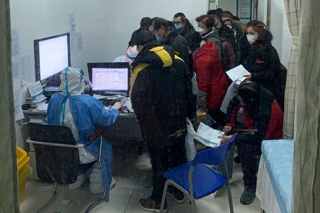 Bệnh nhân chờ đợi được kê đơn tại một bệnh viện ở Vũ Hán. Ảnh: NY Times