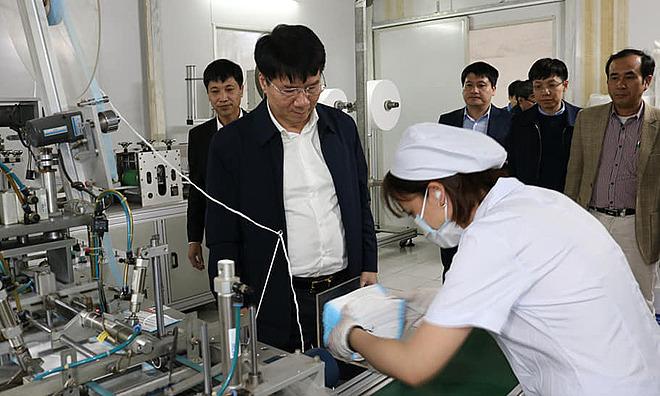 Thứ trưởng TRương Quốc Cường kiểm tra công tác sản xuất khẩu trang y tế tại Hà Nội. Anh: Khánh Phương.