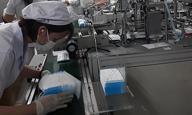 Công nhân gấp rút sản xuất khảu trang y tế phục vụ nhu cầu. Ảnh: Khánh Phương.