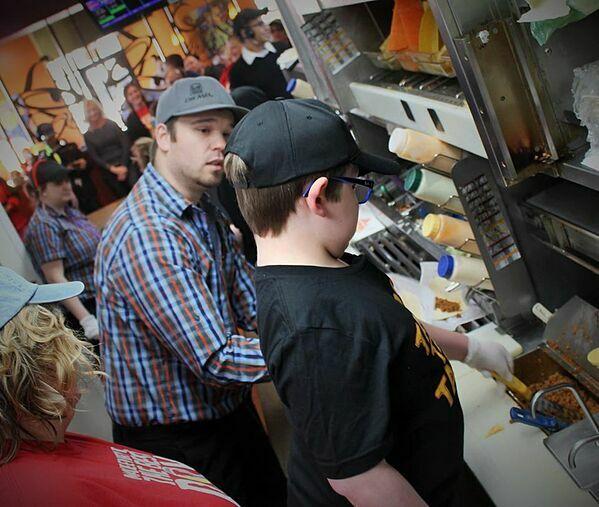 David được nhận làm việc tại nhà hàng yêu thích - Taco Bell.