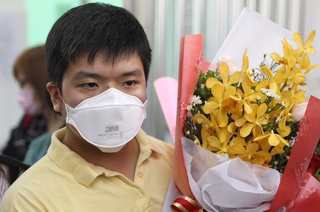Anh Li Zichao trong lễ xuất viện sáng 4/2. Ảnh: Hữu Khoa.