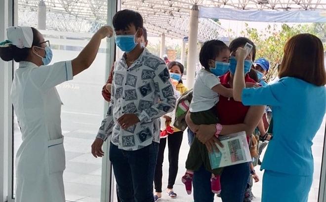 Nhân viên Bệnh viện Nhi đồng Thành phố phát khẩu trang miễn phí cho thân nhân, bệnh nhân ngày 4/2.