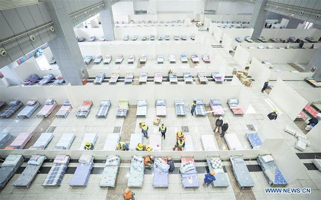 Trung tâm triển lãm được xây dựng thành bệnh viện cabin, tiếp đón bệnh nhân nhẹ.Ảnh: Xinhua