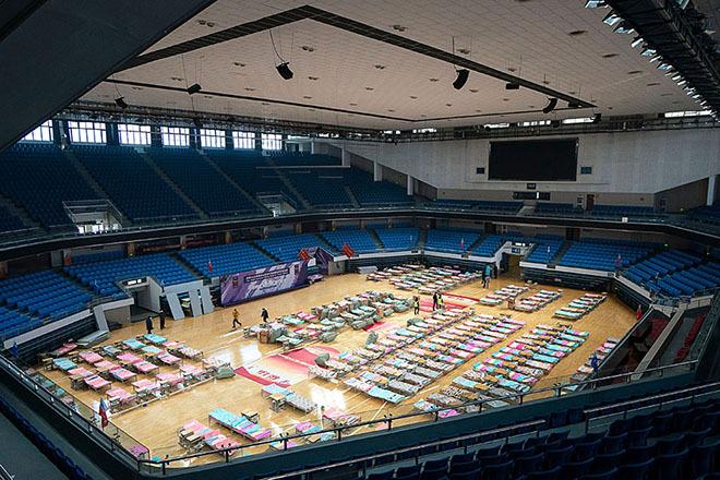 Nhà thi đấu Hồ Sơn nằm trong dự án xây dựng bệnh viện cabin tối 3/2, đang gấp rút hoàn thiện. Ảnh: China Daily