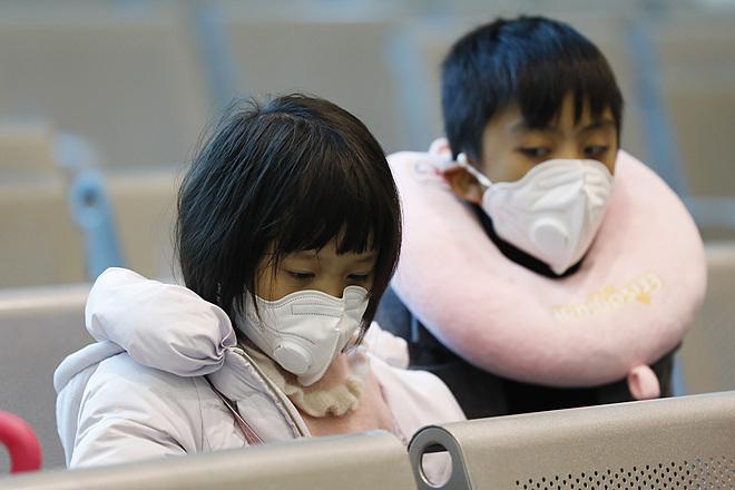 Trẻ đeo khẩu trang phòng virus corona tại cửa khẩu Hữu Nghị. Ảnh: Giang Huy.