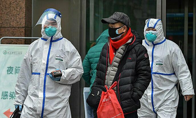 Nhân viên y tế mặc đồ bảo hộ màu trắng tại một bệnh viện ở thành phố Vũ Hán, Hồ Bắc, Trung Quốc ngày 26/1. Ảnh: AFP.