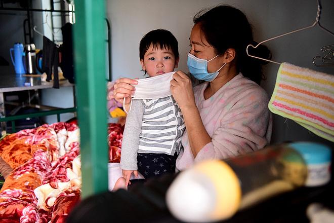 Hai mẹ con được cách ly tại khu cách ly phòng dịch của quân đội, tại trung đoàn 123 - TP Lạng Sơn. Ảnh: Giang Huy.