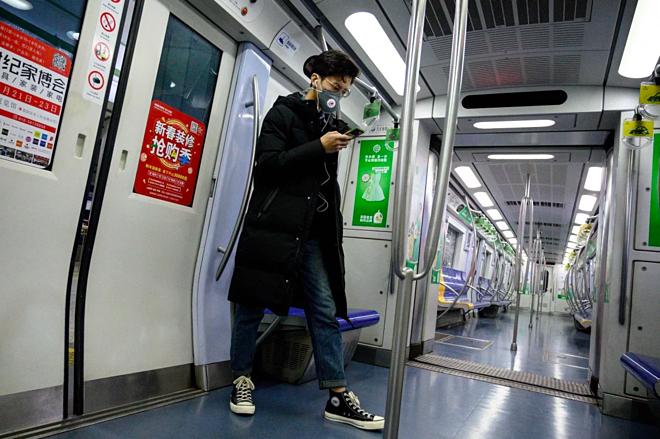 Nhiều người Trung Quốc tìm đến các ứng dụng công nghệ về sức khoẻ trong thời điểm dịch bệnh lây lan nhanh chóng. Ảnh: AFP