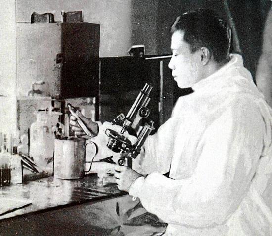 Bác sĩ Wu làm việc trong phòng thí nghiệm ở Cáp Nhĩ Tân. Ảnh: The Star