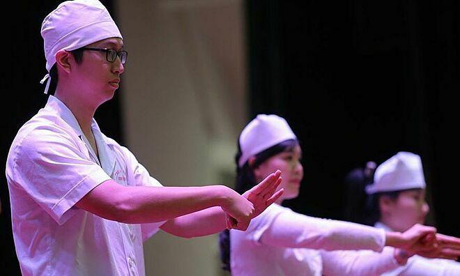 Các bác sĩ hướng dẫn sinh viên rửa tay đúng cách. Ảnh: Thanh Xuân.