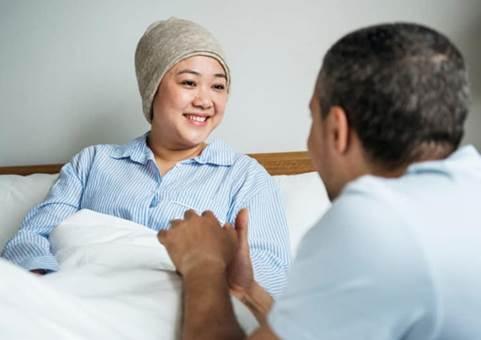 Cần tránh tiếp xúc với dịch tiết của bệnh nhân ung thư sau hóa trị.